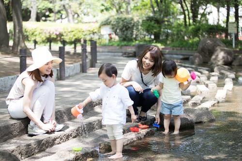 赤ちゃん~幼児期、友だちとの関わり方はどのように変化する?のタイトル画像
