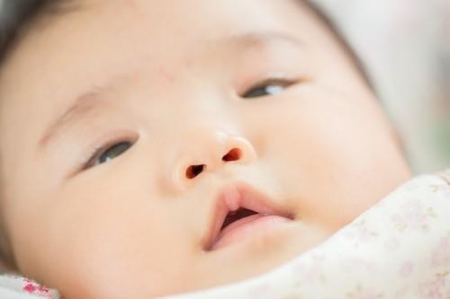 赤ちゃんの鼻水は病院に行った方がいい?鼻水の原因やホームケアを紹介のタイトル画像