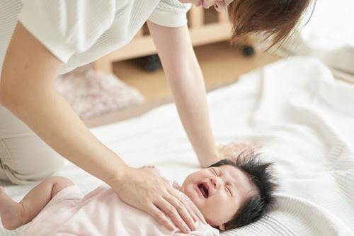 赤ちゃんが泣き止む方法って?先輩ママが試した泣き止ませ対策などを紹介のタイトル画像