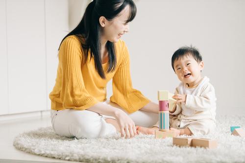 1歳におすすめの遊びは?屋外、室内での楽しい遊び方とそのメリットを紹介のタイトル画像