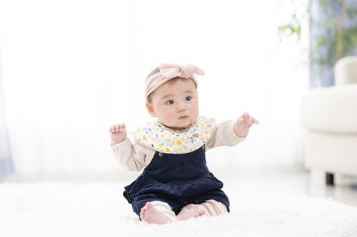 赤ちゃんがお座りするのはいつ?練習方法や注意点を紹介しますのタイトル画像