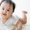 ずりばいの時期はいつから?寝返りからずりばい前後の赤ちゃんの発達を紹介のタイトル画像