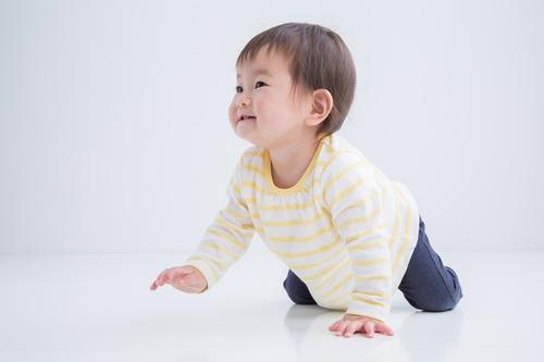 赤ちゃんがハイハイするのはいつから?時期や練習方法、お部屋づくりも紹介のタイトル画像