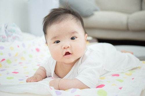 赤ちゃんの後追いはいつから、どんな感じではじまる?時期や対処法も紹介のタイトル画像