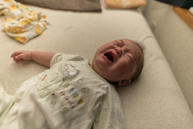 赤ちゃんの夜泣きはいつまで?なぜ泣くの?原因や対処法などを紹介の画像1