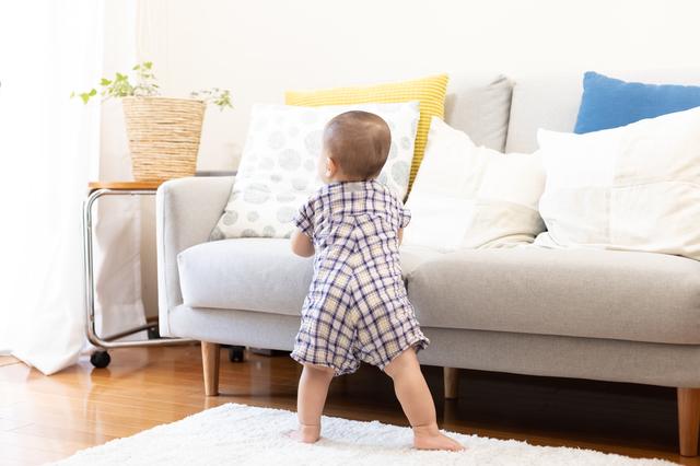 赤ちゃんがつかまり立ちをはじめるのはいつ?転倒など注意したい点も紹介の画像1