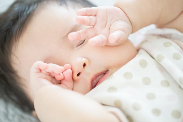 赤ちゃんを寝かしつけるコツは?なかなか寝ない時に試したいグッズも紹介の画像1