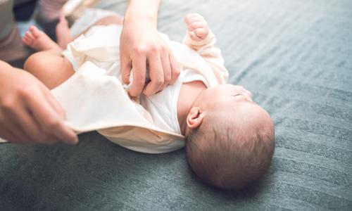 赤ちゃんの服装、季節ごとのおすすめは?素材の違いなども解説のタイトル画像