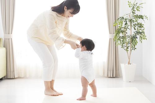 """あんよがはじまる1歳ごろ。""""歩き始め""""の早い、遅いの基準は?のタイトル画像"""