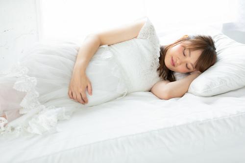 妊娠中は寝苦しい?妊娠時期別、原因や眠れない時に試したい対処法を紹介のタイトル画像