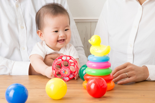 0歳の赤ちゃんにおすすめのおもちゃ5選!興味と好奇心を引き出そうのタイトル画像