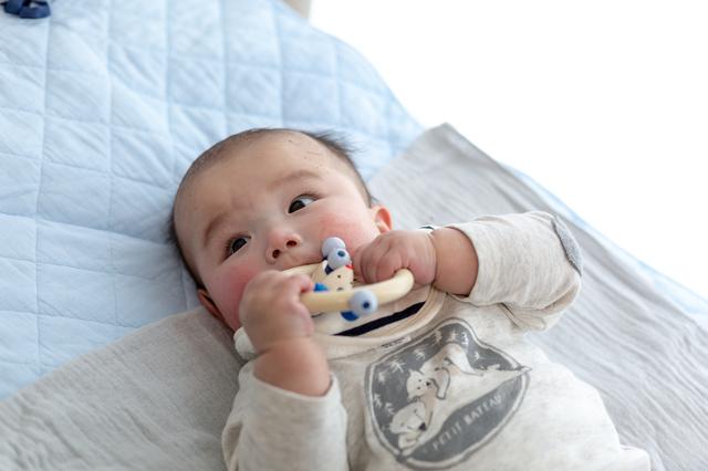 0歳の赤ちゃんにおすすめのおもちゃ5選!興味と好奇心を引き出そうの画像2