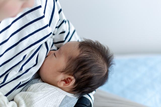 0歳児の授乳、間隔や、回数は?離乳食期はどうする?月齢の目安をご紹介の画像1