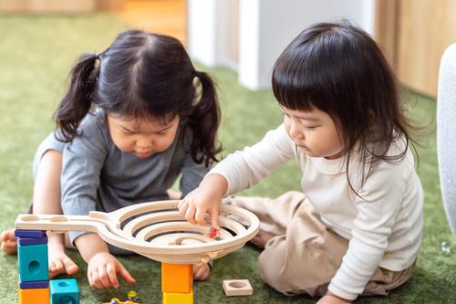 2歳児におすすめの屋内遊びは?雨の日などに家で遊ぶ方法も紹介のタイトル画像