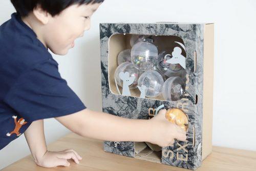 みんな大好きガチャガチャを、ダンボールで作ろう!何度も遊べる手作りおもちゃのタイトル画像