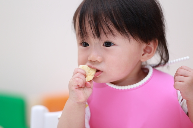 生後9ヶ月の発達と発育。離乳食や寝かしつけのコツ、安全対策を紹介の画像2