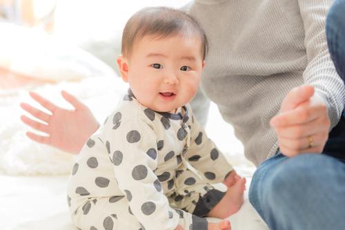 生後6ヶ月の赤ちゃんの発達は?離乳食の始め方や安全対策まで徹底解説!のタイトル画像