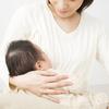 母乳パッドは必要?使い捨て、布製母乳パッドの違いとおすすめ母乳パッド5選のタイトル画像