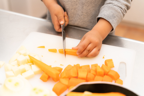 3歳から「マイ包丁」で料理好きに成長。小4長男のシチューは弟妹に大人気!?のタイトル画像