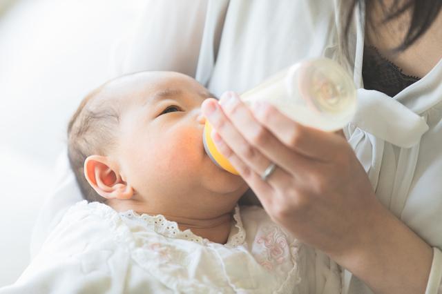 【医師監修】新生児に必要なミルクの量はどれくらい?混合の場合の飲ませ方も解説の画像1