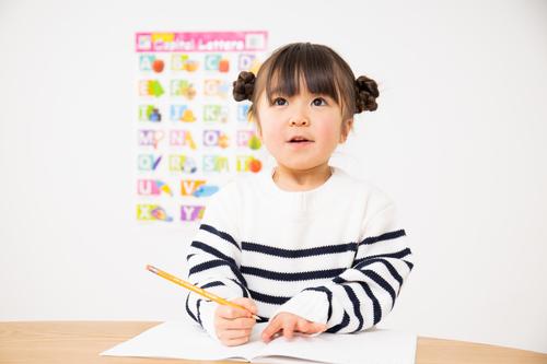 自粛期間中に生まれた大発見!娘も私も満足な「学校ごっこ」にハマり中のタイトル画像