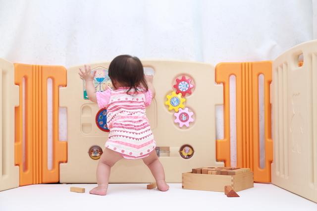 つかまり立ちはいつから始まる?安全対策や役立つおもちゃを5つご紹介!の画像1