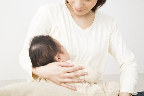 【医師監修】母乳育児中にしこりが!原因とおっぱいケアなどの方法についてのタイトル画像
