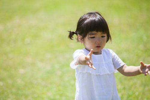 「抱っこ!歩く!」のくり返し。まるで鬼コーチ!?な娘との日々<第5回投稿コンテスト NO.8>のタイトル画像
