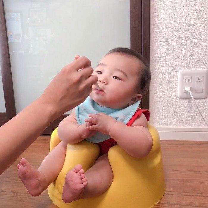 初めてのお粥に豆腐に…お味のほどは!?ドキドキの離乳食デビューの瞬間♡の画像3