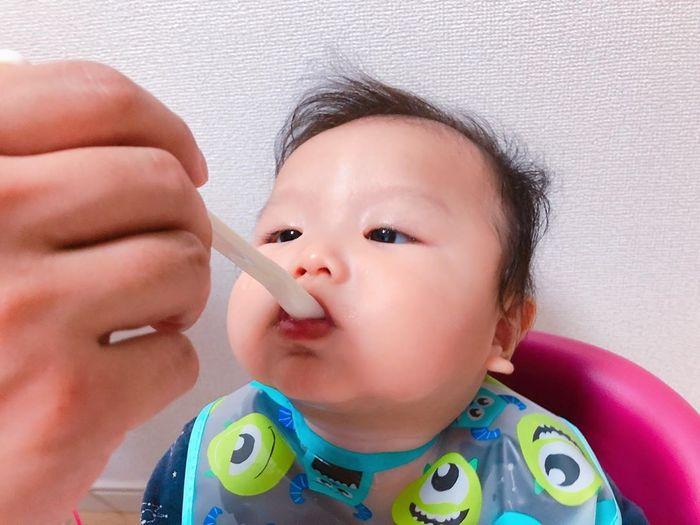 初めてのお粥に豆腐に…お味のほどは!?ドキドキの離乳食デビューの瞬間♡の画像1