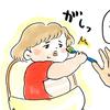 あっ…ちょ…!スプーンを奪われ続ける離乳食。でも最後には母の勝利です…!のタイトル画像