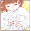 """幼稚園制服のボタンをとめる小さな手。ほんのり伝わる""""自信""""が愛おしいのタイトル画像"""