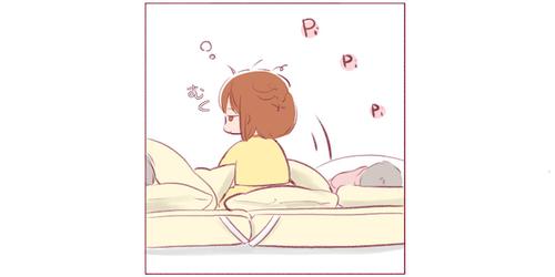 目が覚めた!でも、ママは寝てる…。この後のおねえちゃんの行動に…キュン♡のタイトル画像