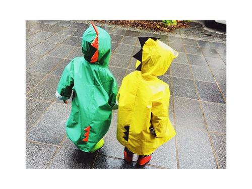 ご近所に恐竜やペンギンがあらわれる…!?雨の日限定!レインコーデ集のタイトル画像