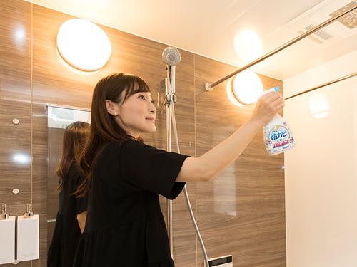 忙しいママを悩ます、お風呂のカビ。終わらぬ掃除…。助けて、お掃除スペシャリストさ〜ん!のタイトル画像
