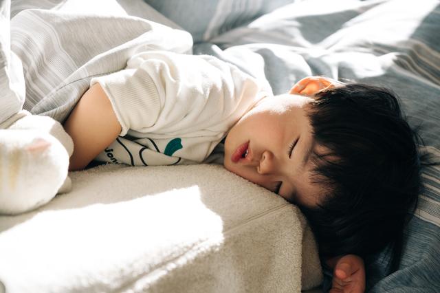 将来はプリマドンナ?寝相のクセが強すぎる赤ちゃんが悶絶級にかわいいの画像2