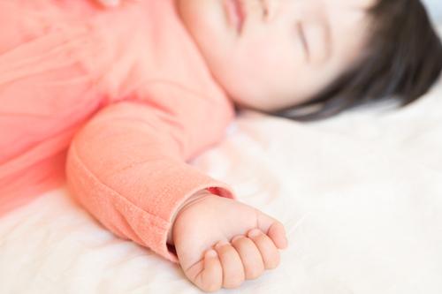 将来はプリマドンナ?寝相のクセが強すぎる赤ちゃんが悶絶級にかわいいのタイトル画像