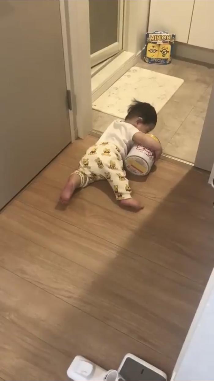 赤ちゃんが必死の逃走劇。小脇に抱えられていたものとは?の画像4