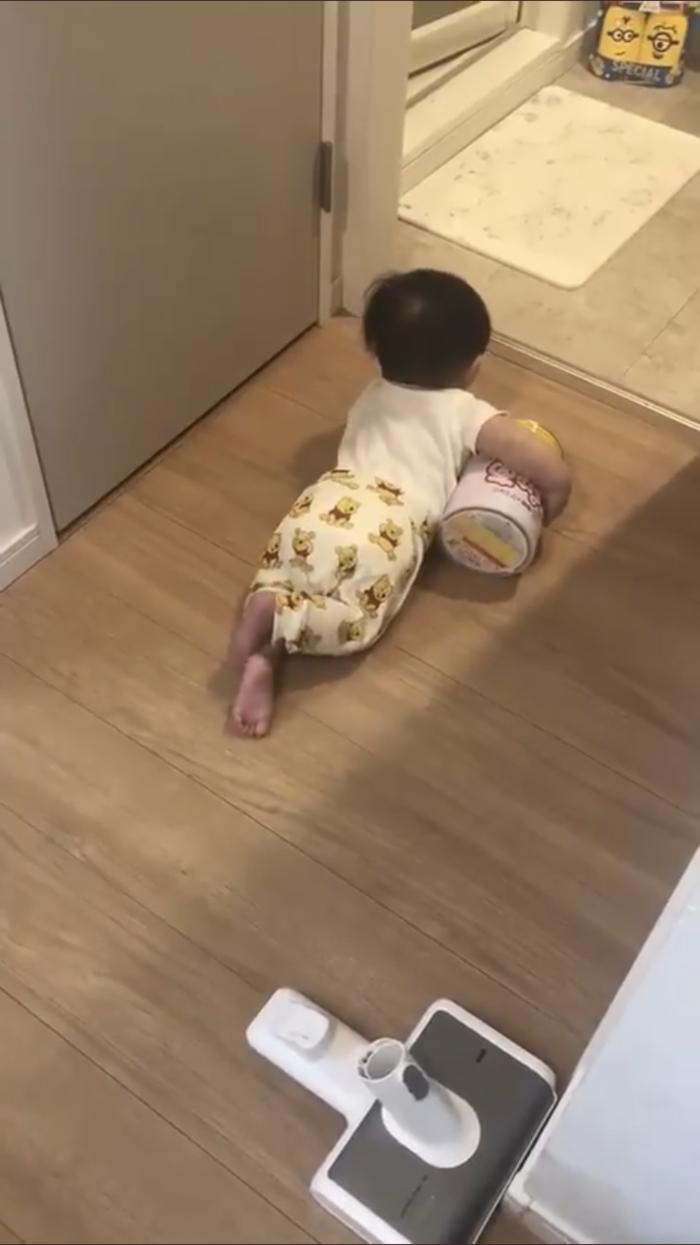 赤ちゃんが必死の逃走劇。小脇に抱えられていたものとは?の画像2