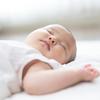 でかっ!!すやすや眠る赤ちゃんに寄り添うのは…?のタイトル画像