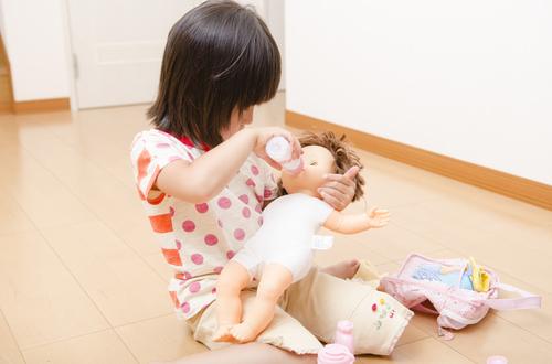 それにミルクあげちゃうんだ!?娘のごっこ遊びが独特すぎる(笑)のタイトル画像