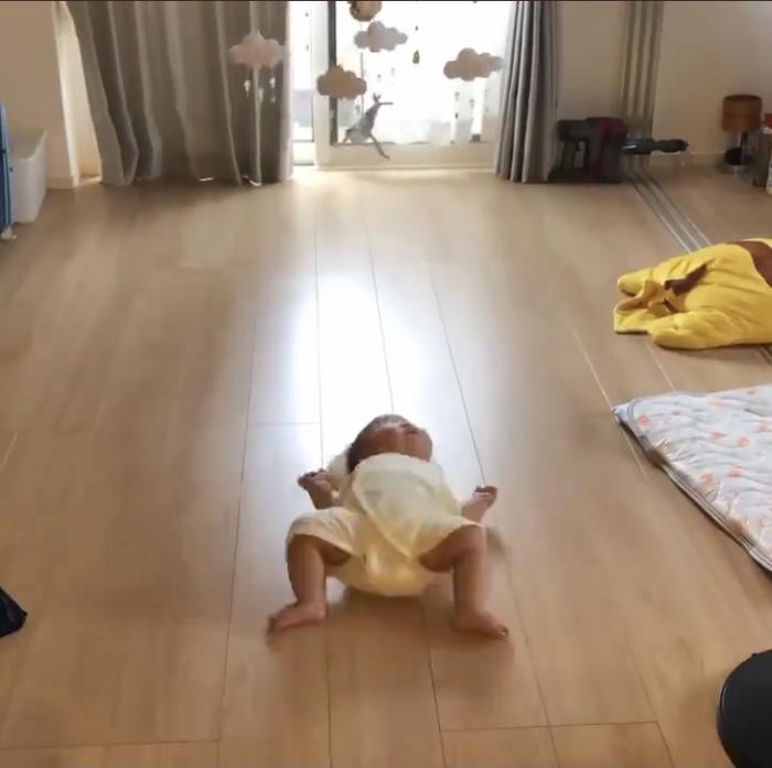 """ずっと見ていられる…。3ヶ月赤ちゃんの""""背ばい""""が金メダル級にかわいいの画像14"""