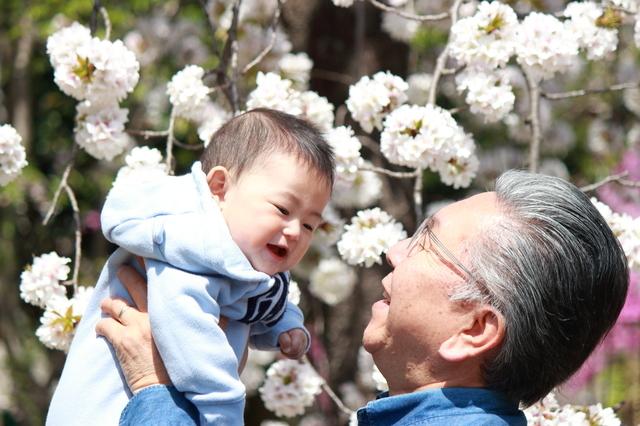 ジィジが孫をおんぶ。スヤァ…からの展開がおかしいやら愛おしいやらの画像2